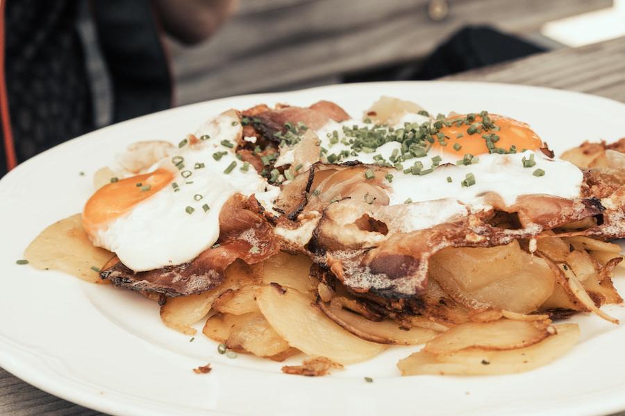 Hirzer Wanderung - A Tasty Hike - Suedtirol - Hintereggalm Bratkartoffeln mit Ei und Speck