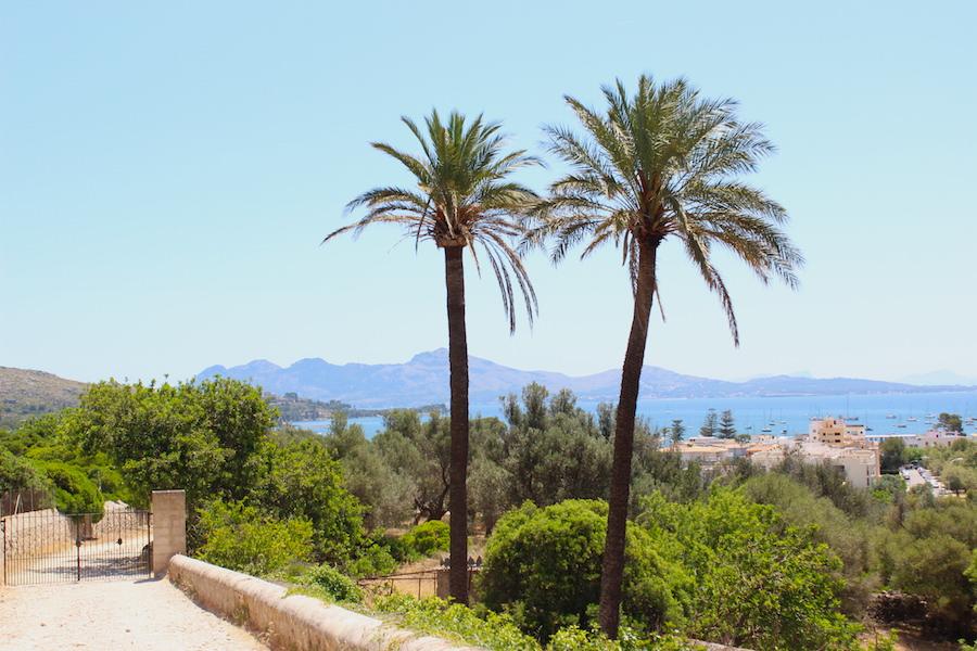 Wanderung Cala Bóquer Mallorca - Eingang Finca und Blick auf Port Pollença