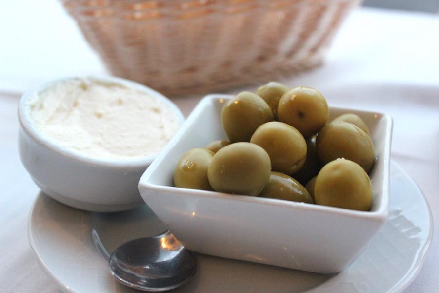 Essen in Port Pollença auf Mallorca - Oliven