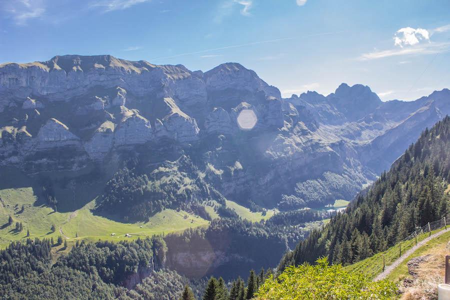 Wandern in den Schweizer Alpen - Ausblick vom Gasthaus Aescher
