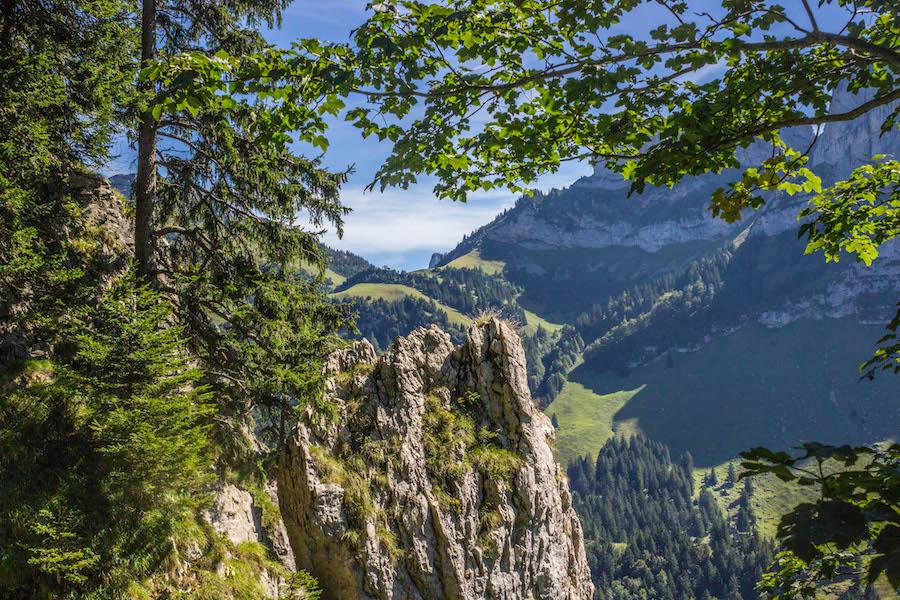 Wandern in den Schweizer Alpen - Bergvorsprung