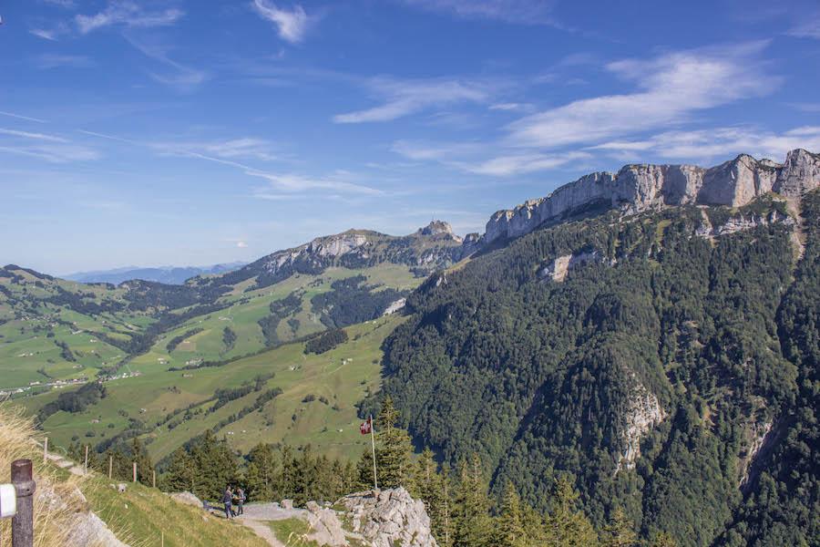 Wandern in den Schweizer Alpen - Blick ins Tal