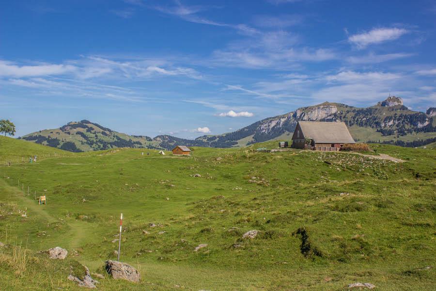 Wandern in den Schweizer Alpen - Hochebene mit Hütten