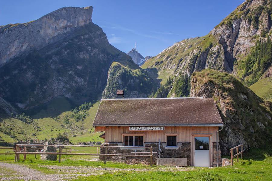Wandern in den Schweizer Alpen - Käserei