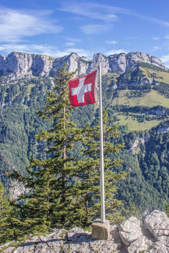 Wandern in den Schweizer Alpen - Schweizer Flagge
