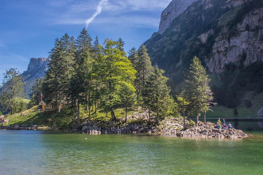 Wandern in den Schweizer Alpen - See mit Insel