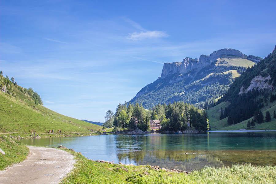 Wandern in den Schweizer Alpen - See und Wanderweg
