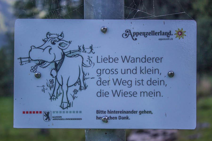 Wandern in den Schweizer Alpen - Wanderschild