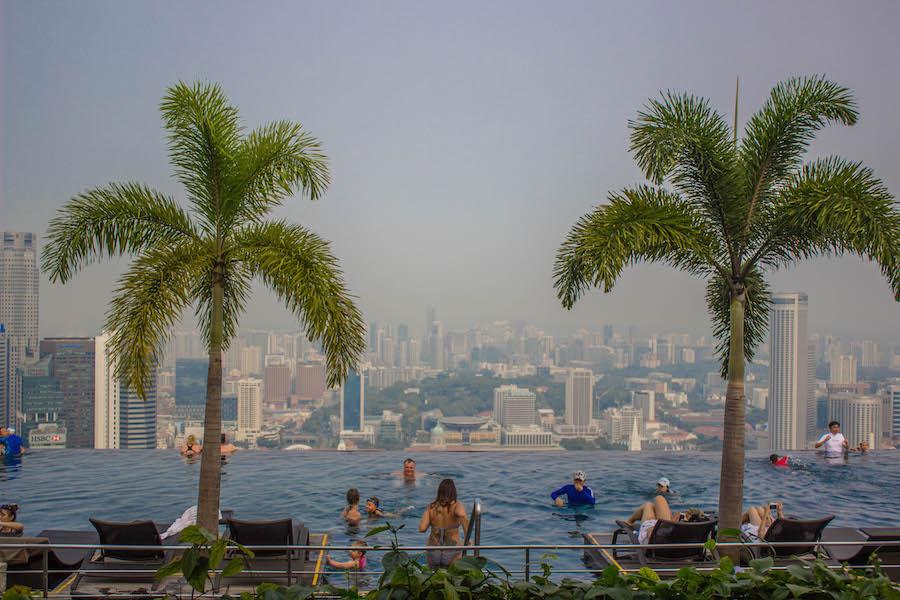 Marina Bay Sands Hotel Singapur Infinity Pool mit Palmen