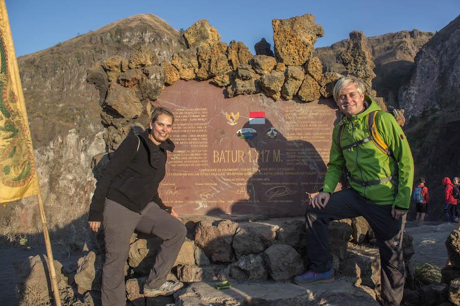 Wanderung Gunung Batur auf Bali - Gipfel Schild