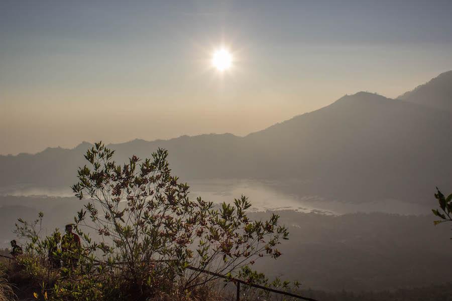 Wanderung Gunung Batur auf Bali - Sonne hoch am Himmel