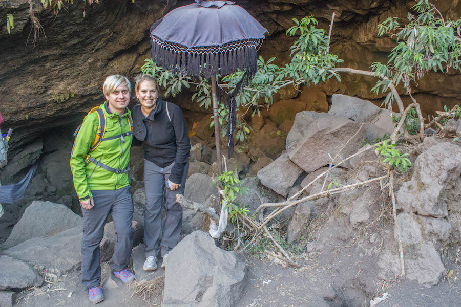 Wanderung Gunung Batur auf Bali - Wir vor dem Tempel