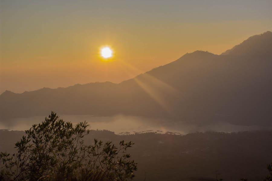 Wanderung Gunung Batur auf Bali - gelber Himmel