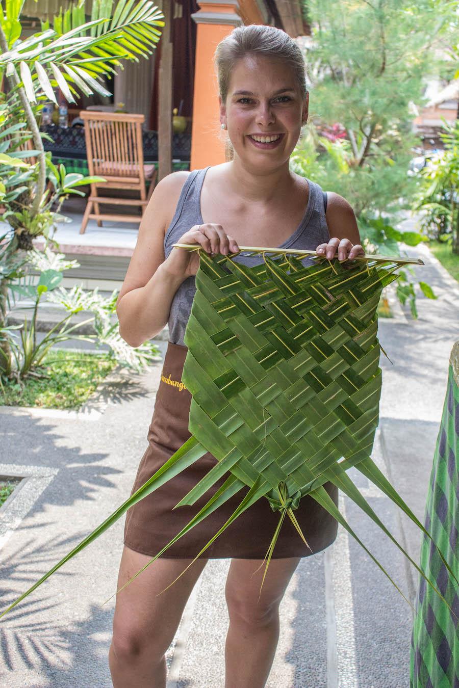 Kochkurs auf Bali - Bananenblaetter flechten
