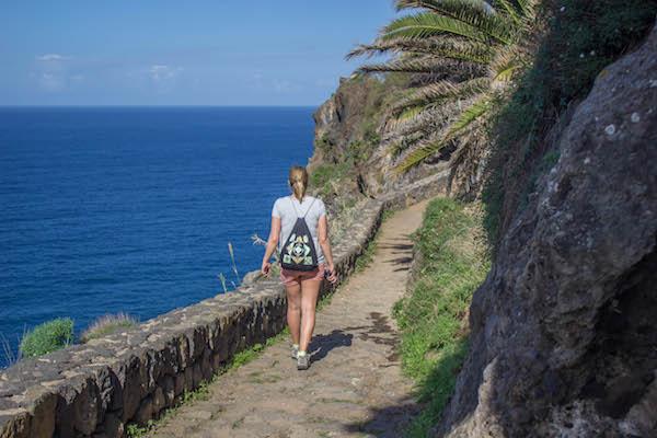 kuestenwanderung-puerto-de-la-cruz-teneriffa-jana-auf-wanderweg