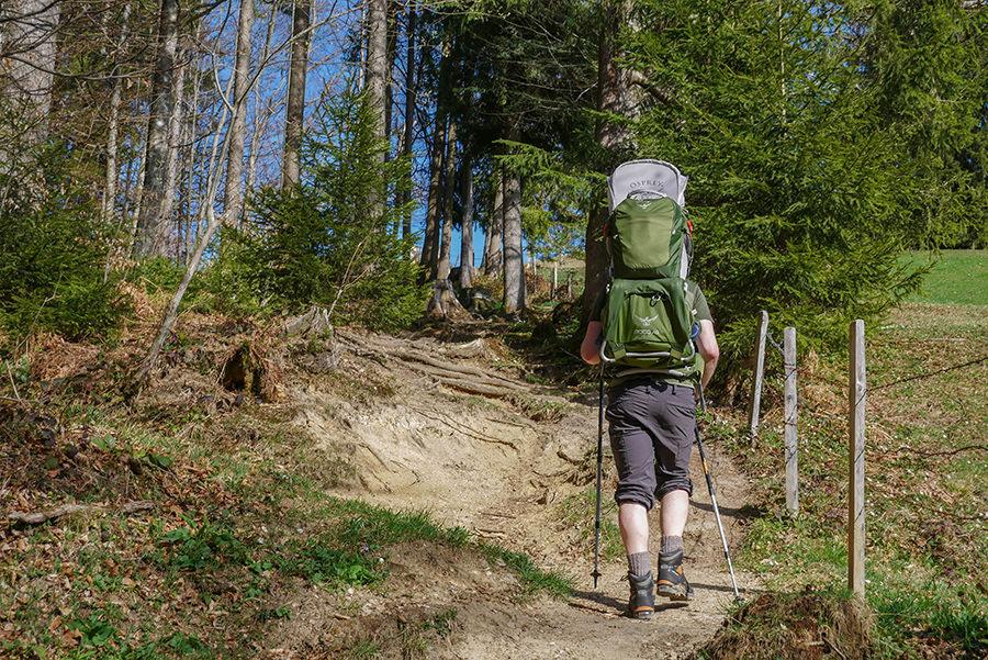 Wandern am Huendle - Wandern mit Kraxe und Wanderstoecken