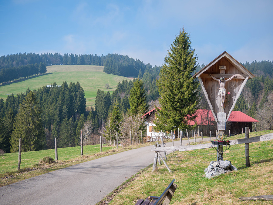 Wandern in Oberstaufen - Wanderung Kalzhofener Hoehe - Weggabelung