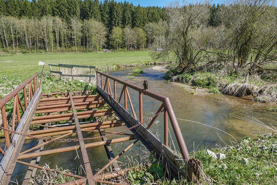 Wandern in Teufelskueche bei Oberguenzburg - Bruecke ueber Guenz