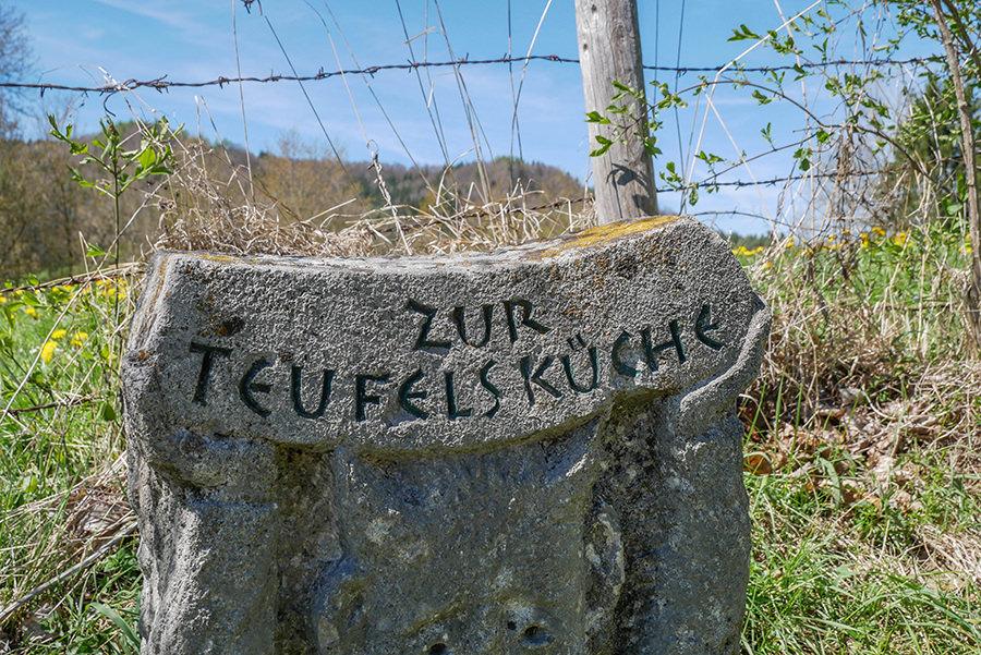 Wandern in Teufelskueche bei Oberguenzburg - Teufelskueche Schild