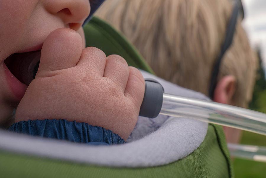 Wanderung Soellereck bei Oberstdorf - Baby trinkt aus Trinkblase