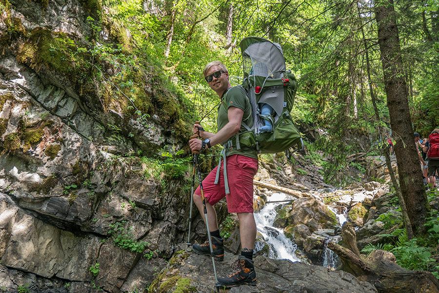 Wandern im Tobel bei Oberstdorf - Christian im Tobel mit Kraxe