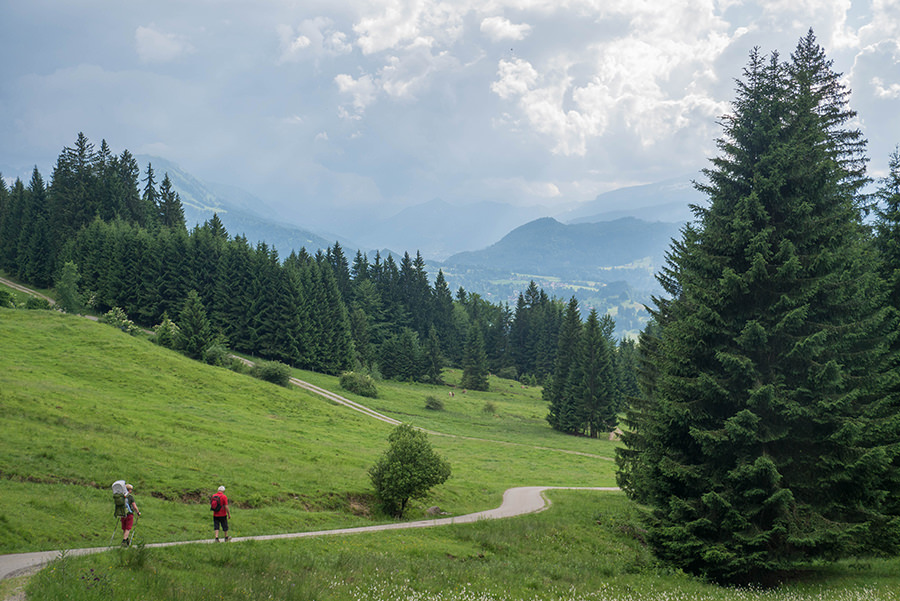 Wandern im Tobel bei Oberstdorf - Rueckweg mit Wanderern