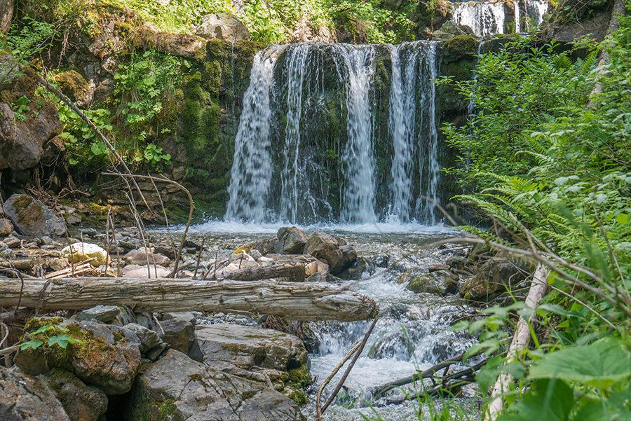 Wandern im Tobel bei Oberstdorf - Wasserfall mit Bach