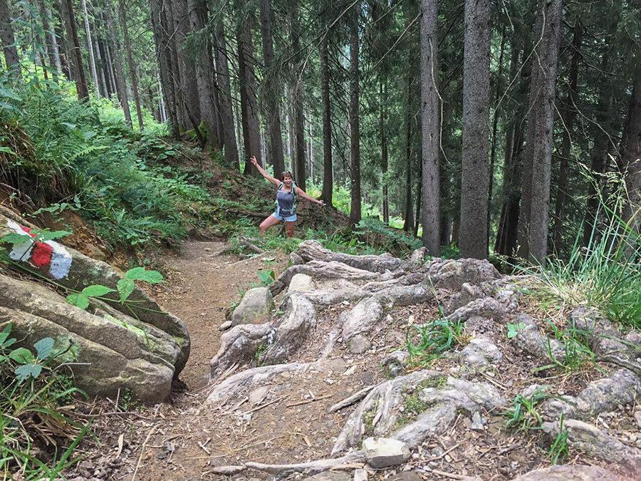 Wanderung zum Walmendinger Horn im Kleinwalsertal - Jana im Wald