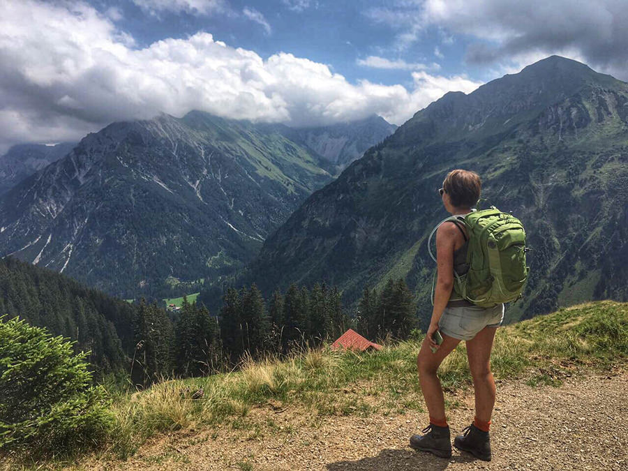 Wanderung zum Walmendinger Horn im Kleinwalsertal - Jana mit Ausblick