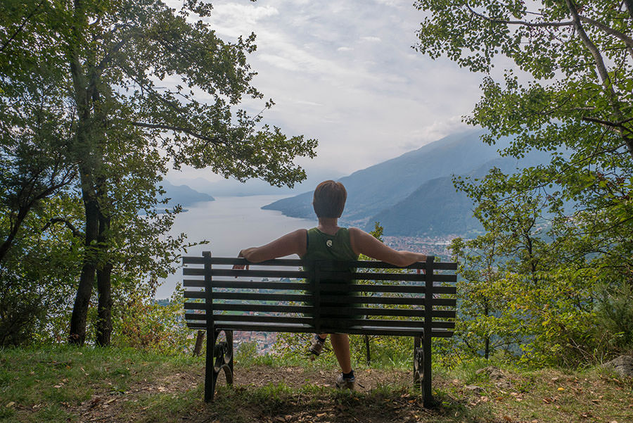 Wandern bei Peglio am Comer See - Bank mit Aussicht