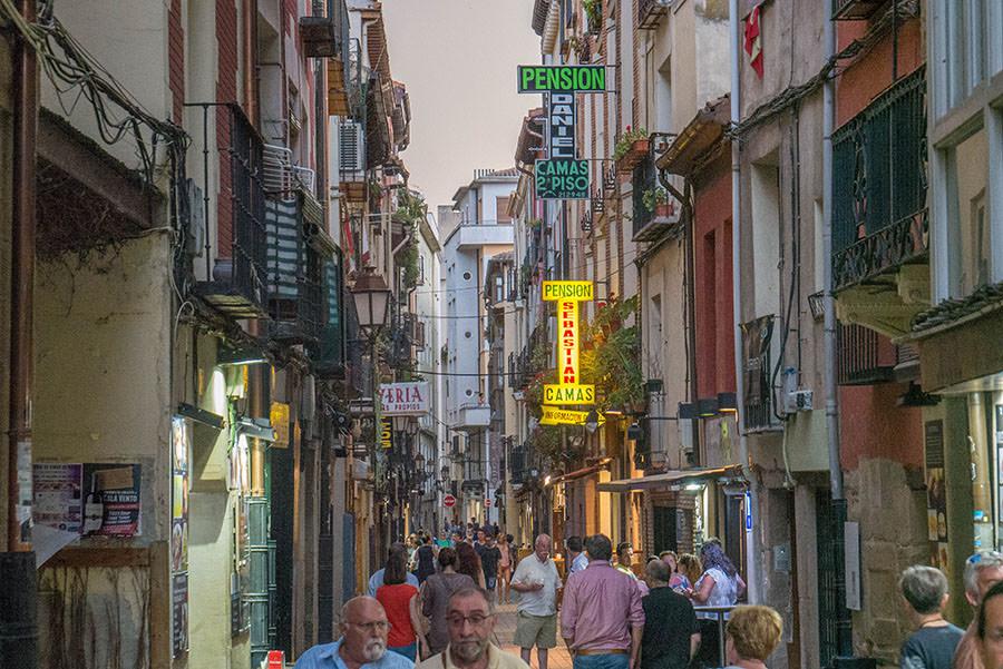A Tasty Hike - Tapas Rioja - Die besten Tapas Bars in Logrono - Calle San Juan quer