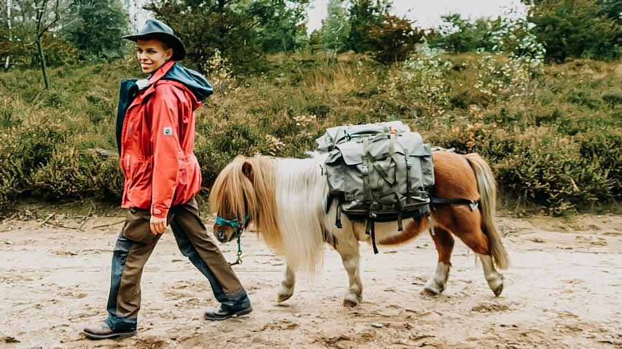 Wanderausruestung-fuer-Wanderanfaenger - Sarah verwandert - Pony