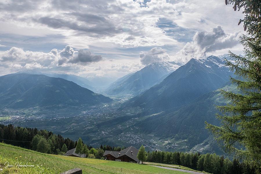 Schenna Wandern - Streitweideralm - Suedtirol - A Tasty Hike - Aussicht Taser Meraner Land