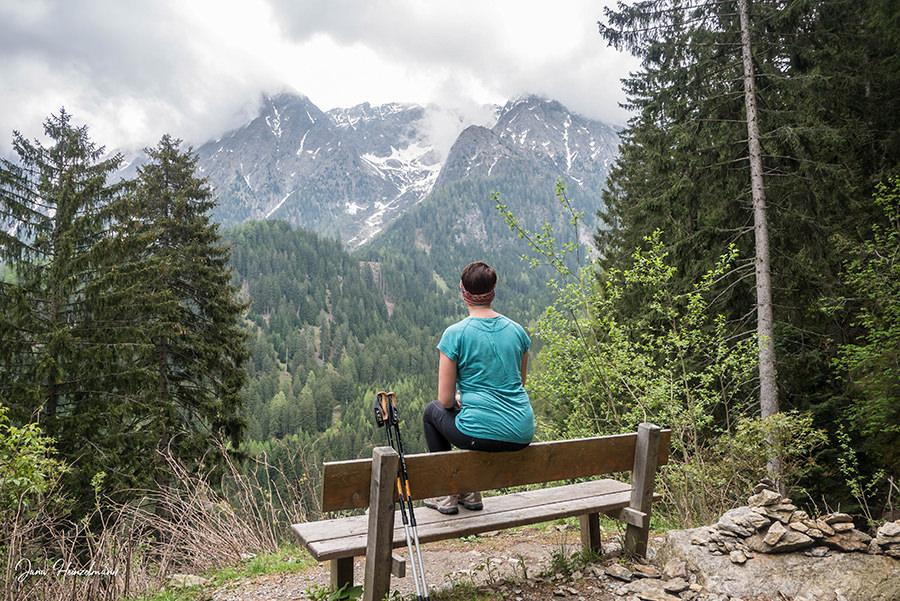 Schenna Wandern - Streitweideralm - Suedtirol - A Tasty Hike - Jana auf Bank