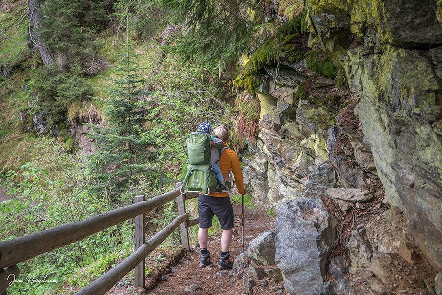 Schenna Wandern - Streitweideralm - Suedtirol - A Tasty Hike - Schmaler Wanderweg