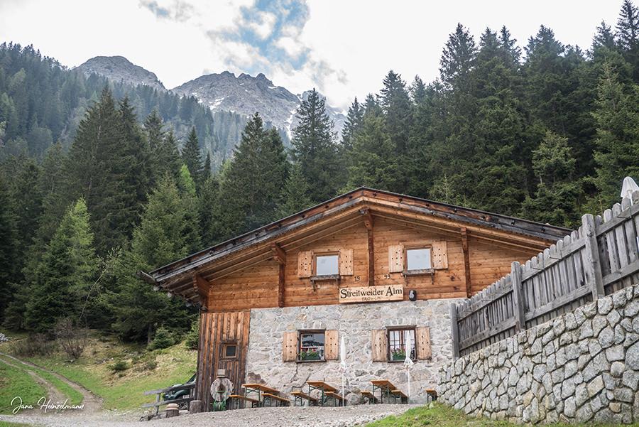 Schenna Wandern - Streitweideralm - Suedtirol - A Tasty Hike - Streitweideralm von vorne