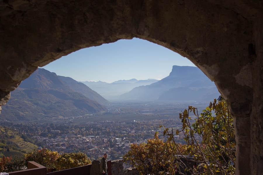 A Tasty Hike - Dorf Tirol Wandern - Suedtirol - Ausblick Schloss Tirol