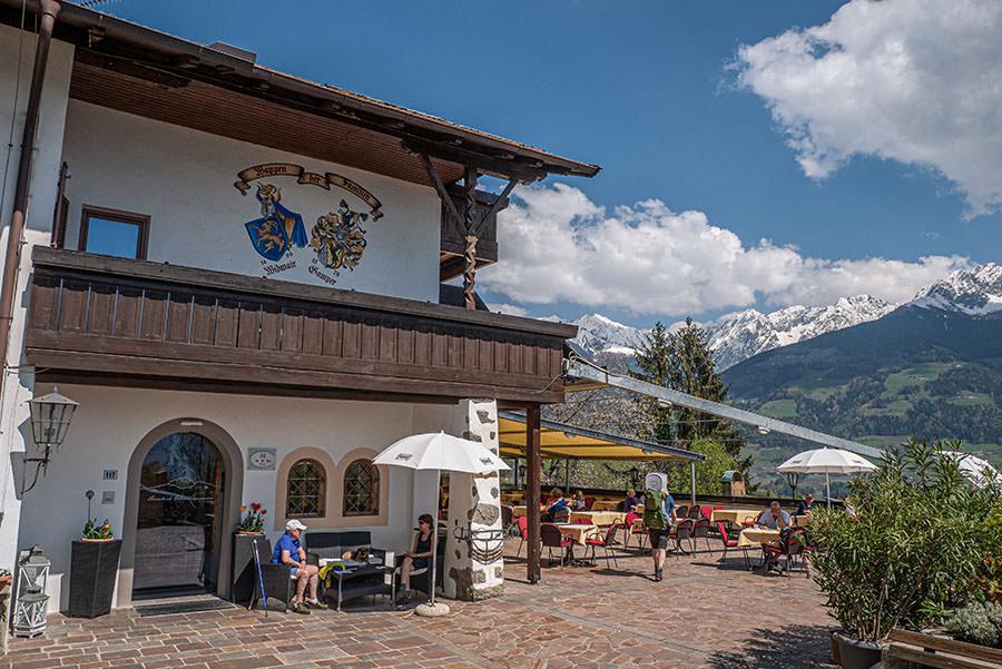A Tasty Hike - Dorf Tirol Wandern - Suedtirol - Gasthaus Tiroler Kreuz