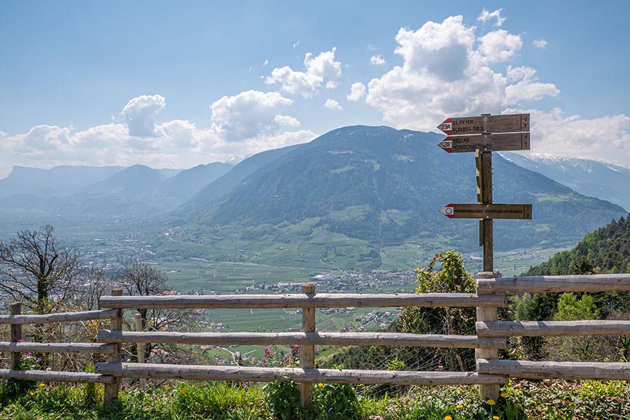 A Tasty Hike - Dorf Tirol Wandern - Suedtirol - Wanderschild