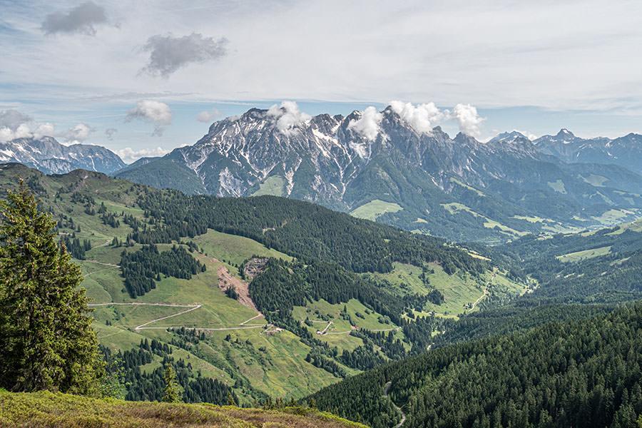 Saalbach Hinterglemm Sommer - Wanderung vom Kohlmaiskopf zur Wildenkarhuette - A Tasty Hike - Aussicht Kohlmais