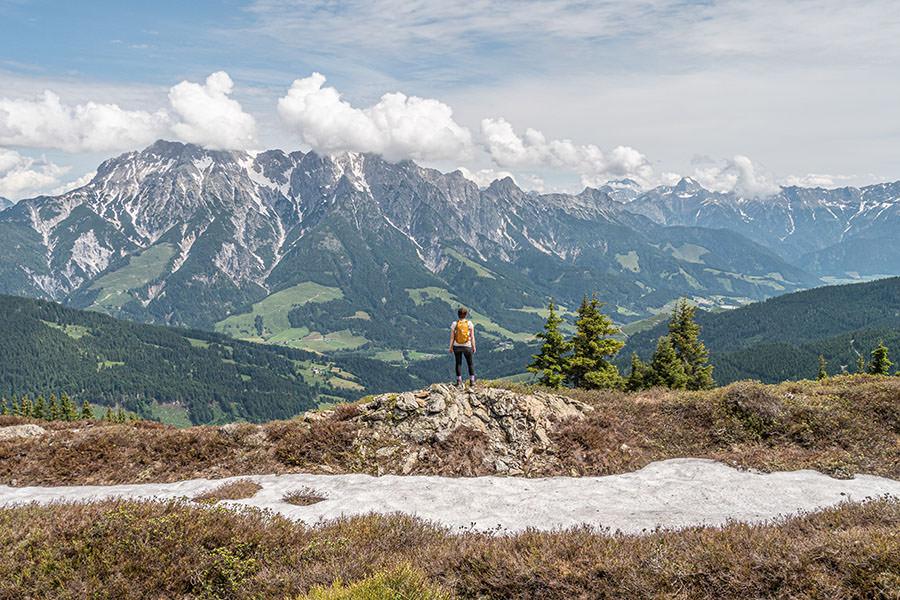 Saalbach Hinterglemm Sommer - Wanderung vom Kohlmaiskopf zur Wildenkarhuette - A Tasty Hike - Aussicht mit Schnee