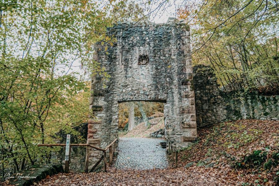 Tagesausfluege Hessen - Secret Places in Hessen - Eingang Burg Rodenstein