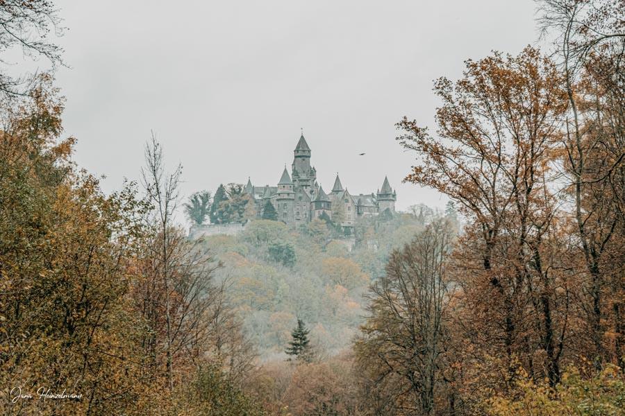 Tagesausfluege Hessen - Secret Places in Hessen - Lahntal - Schloss Braunfels aus der Ferne