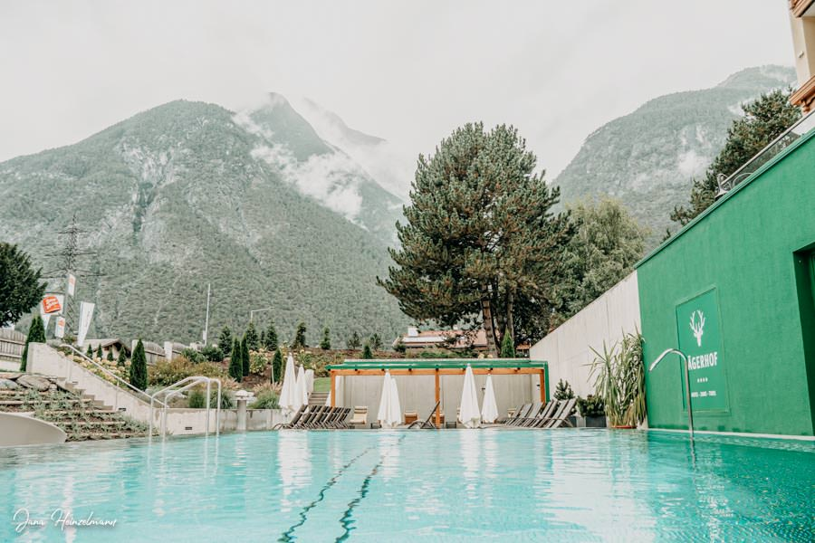 Jaegerhof Zams in Tirol - Pool mit Bergsicht