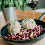 Kaeseknoedel Rezept mit rotem Krautsalat - Huettenessen - Huettengaudi Rezeptbild