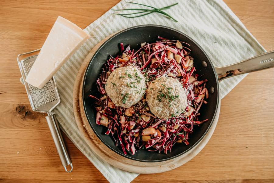 Kaeseknoedel Rezept mit rotem Krautsalat - Huettenessen - Huettengaudi Titel