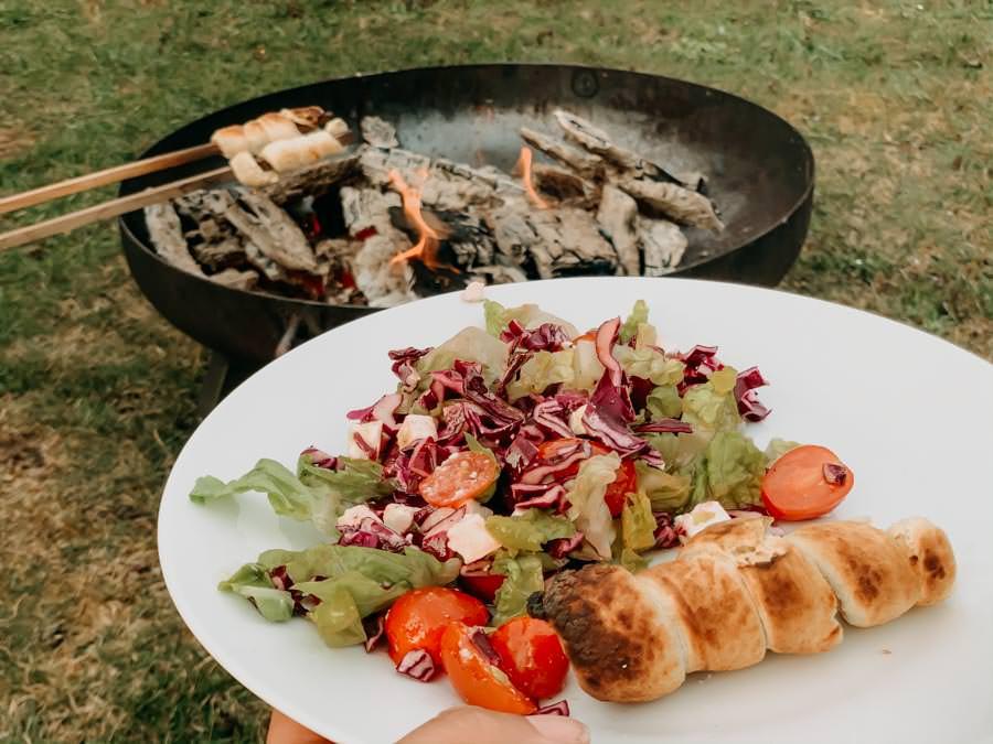 Stockbrot Rezept - Stockbrotteig selber machen - Stockbrot mit Salat