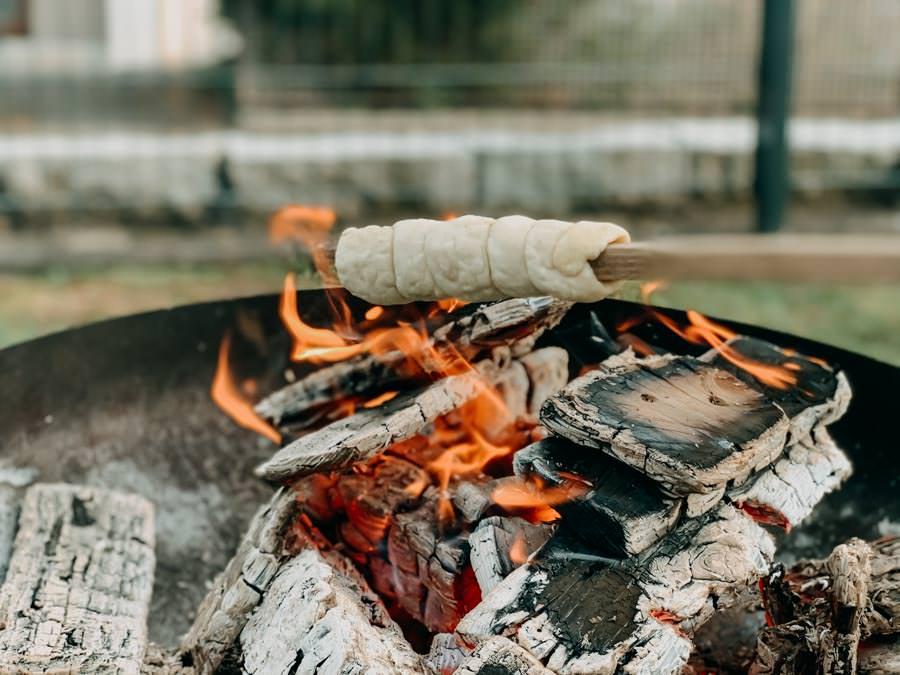 Stockbrot Rezept - Stockbrotteig selber machen - Stockbrot ueber dem Feuer