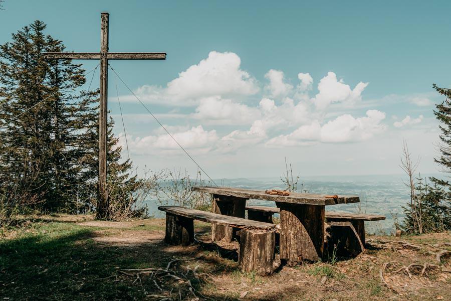 Immenstadt Wandern – Gschwendner Horn – Gipfelkreuz mit Picknickbank