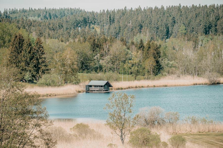 Wanderung Urseen bei Beuren im Allgaeu – Ursee mit Huette